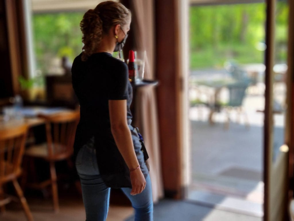 De bediening bij Café Dennenoord in Roggel