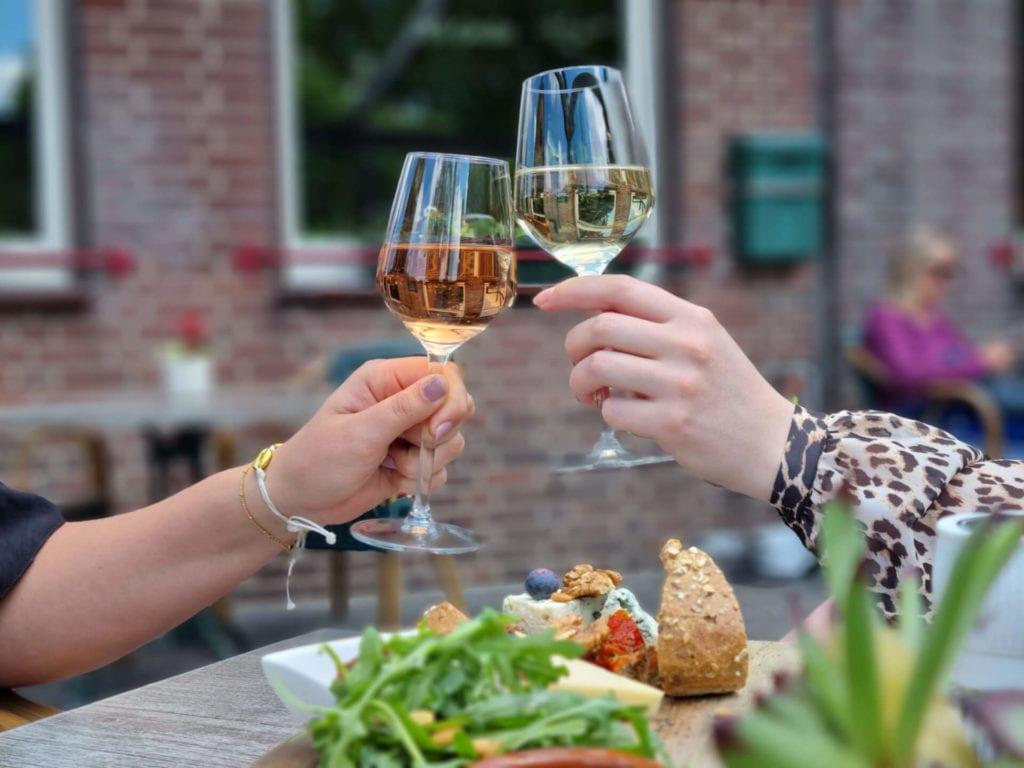 Proosten met wijn bij Café Dennenoord in Roggel