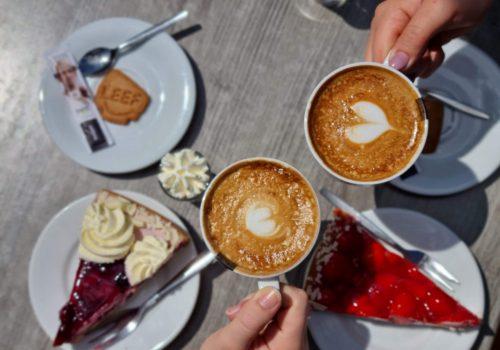 Capppucino met gebak bij Café Dennenoord in Roggel