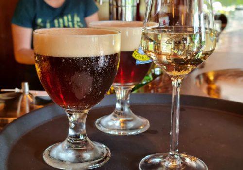 Drankjes serveren bij Café Dennenoord in Roggel