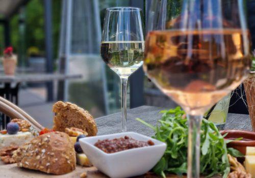 Wijn en borrelen doe je bij Café Dennenoord in Roggel
